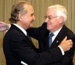 """Carlos Fuentes recibe el Premio Real de la Academia Española de creación literaria por """"En esto creo"""" de manos del filósofo Víctor Hugo García de la Concha/HÉCTOR RÍO/EL UNIVERSAL."""