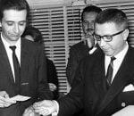 Momento en que Víctor Seix, director de la editorial Seix Barral, entrega un cheque por 100 mil pesetas al escritor Vicente Leñero, en diciembre de 1963.