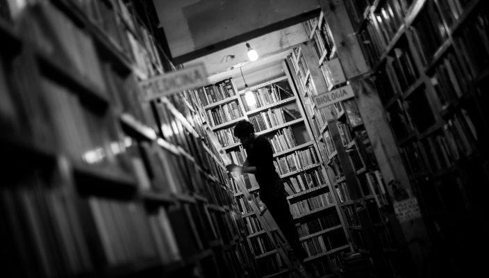 (150421) -- CIUDAD DE MEXICO, abril 21, 2015 (Xinhua) -- Imagen del 20 de abril de 2015 de un empleado acomodando libros en una librería, en el Centro Histórico de la Ciudad de México, capital de México. En el Centro Histórico de la Ciudad de México existen varias librerías especializadas en la compra y venta de libros antiguos y usados. Conocidas como librerías de viejo, los precios de los libros en estos establecimientos varían de acuerdo con el título, la antigüedad, o rareza del ejemplar. Elegido por la UNESCO, el 23 de abril se conmemora el Día Mundial del Libro y del Derecho de Autor, con el objetivo de promover la cultura, la industria editorial y la protección de la propiedad intelectual a través del derecho de autor. (Xinhua/Pedro Mera) (rm) (ce) (sp)