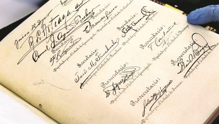Traslado de las constituciones de 1814, 1824, 1857 y 1917 pertenecientes al acervo documental del AGN, para ser exhibidas en Palacio Nacional.  Crédito: Cortesía Archivo General de la Nación  de