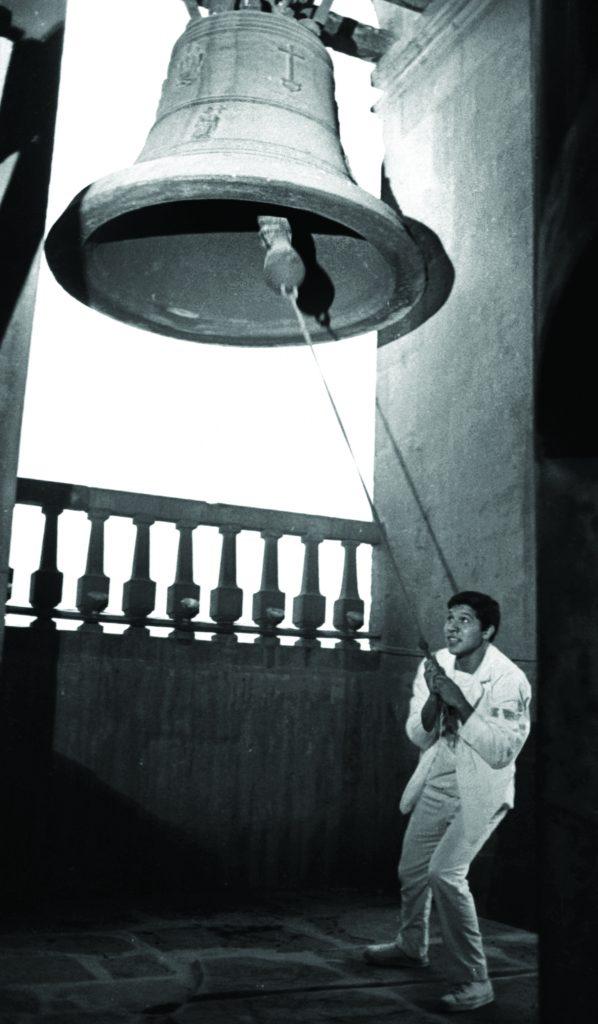1968. Un estudiante que subió al campanario de Catedral Metropolitana trata de repicar la campana. Foto: Jesús Fonseca.